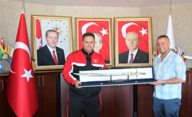 Başkan Yanmaz'a kılıç hediye edildi