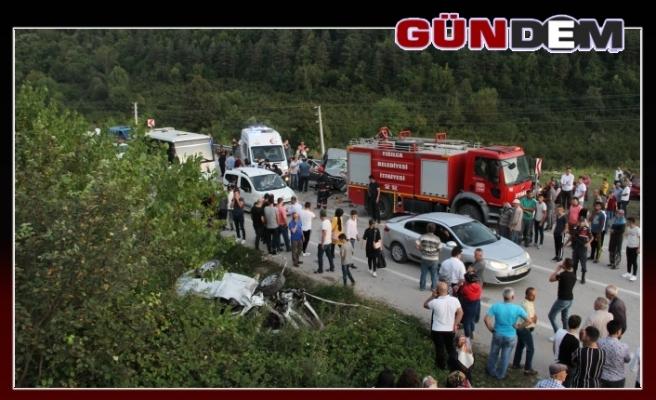 İki otomobil kafa kafaya çarpıştı, 1 ölü, 5 yaralı