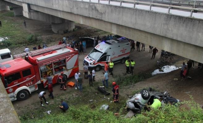 Otomobil TEM otoyolunda viyadükten uçtu: 3 yaralı