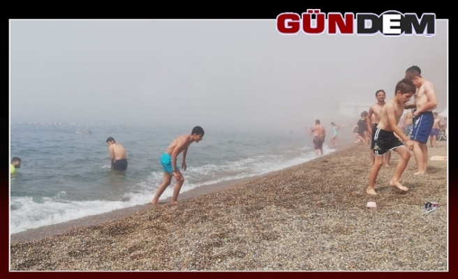Plajı bir anda sis bastı, denize giremediler!..