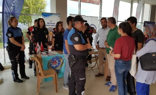 Polislerden üniversitesi öğrencilerine bilgilendirme
