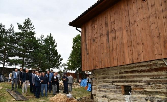 Vali Gürel, kentsel sit alanı olan Karacapınar Köyü'nde incelemelerde bulundu