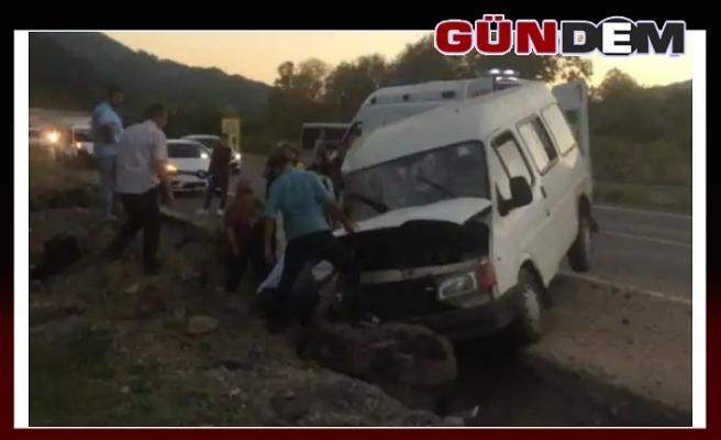 Zonguldak'ta minibüs hendeğe düştü, 2'si çocuk 8 yaralı