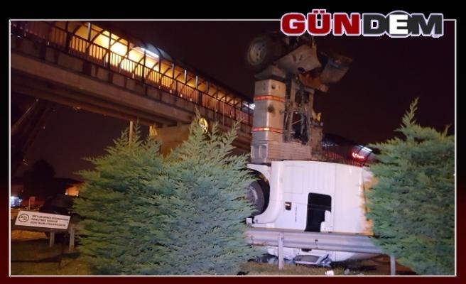 Damperi üst geçide takılan kamyon, takla attı: 2 yaralı