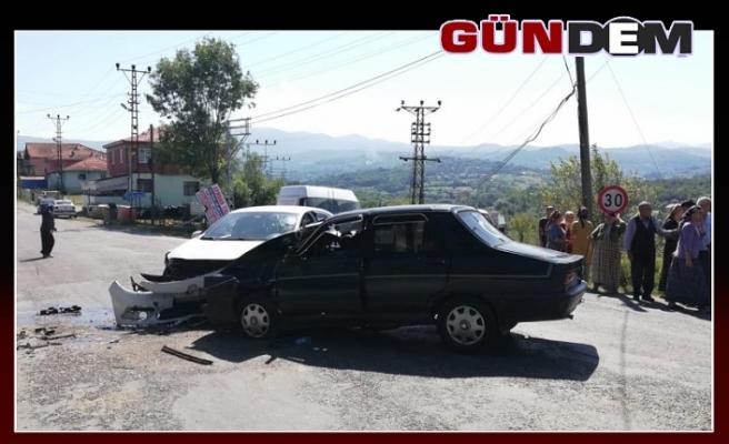 İki otomobil çarpıştı: 1'i çocuk, 4 yaralı