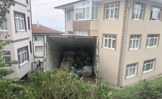 Zonguldak'da  kamyon eve girdi ev sahipleri deprem sandı