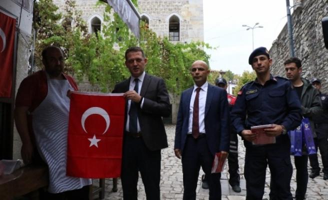 Osmanlı kentinde Mehmetçik'e destek için Türk bayrağı dağıtıldı