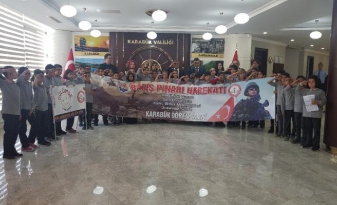 Vali ve öğrencilerden Barış Pınarı Harekatına asker selamlı destek
