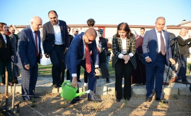 Huzurevi bahçesine tıbbi ve aromatik bitki dikildi