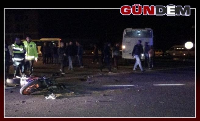 Motosikletle servis minibüsü çarpıştı: 2 ağır yaralı