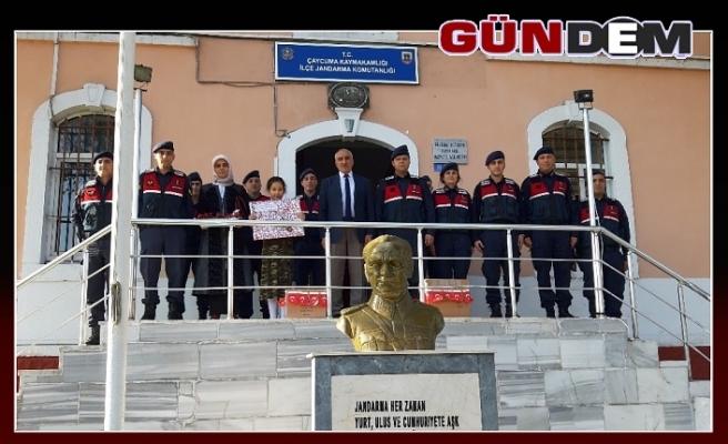 Öğrencilerinden sınırdaki askerlere hediye