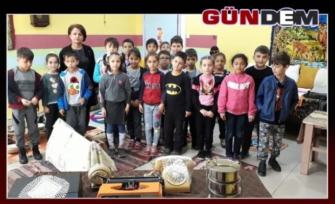 Okullarına geçmişte kullanılan malzemeleri toplayarak müze açtılar