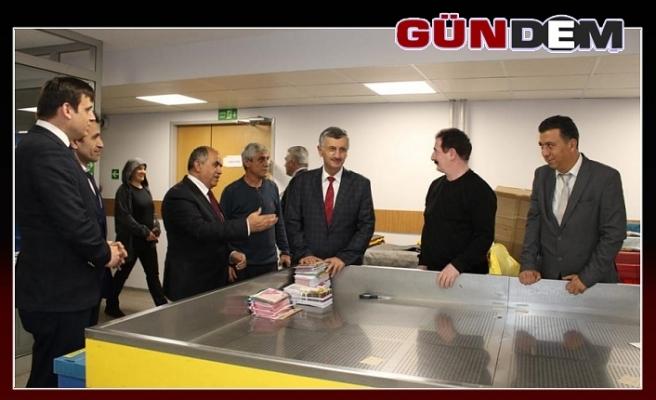 Vali Bektaş yenilenen PTT binasını inceledi...