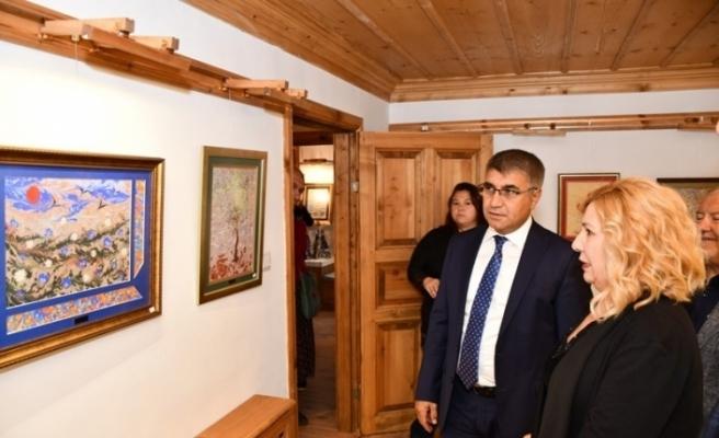 Vali Gürel'den ebru sergisini ziyaret etti