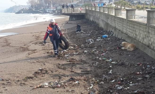 Akçakoca'da sahilde ve yollarda temizlik çalışmaları son hız devam ediyor