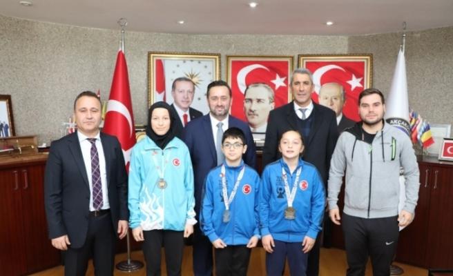 Başkan Yanmaz'dan Derece'ye Giren Sporculara Çeyrek Altın