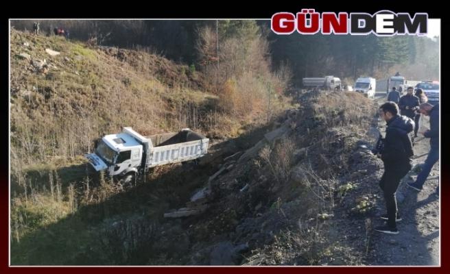 Belediyeye ait kamyon şarampole yuvarlandı!..