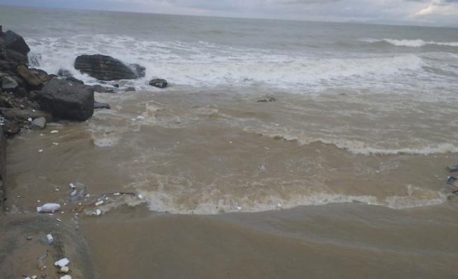 Dalgalar çöpleri sahile atıyor