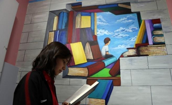 """Duvarlara yapılan resimlerle """"kitap sevgisi"""" aşılanıyor"""