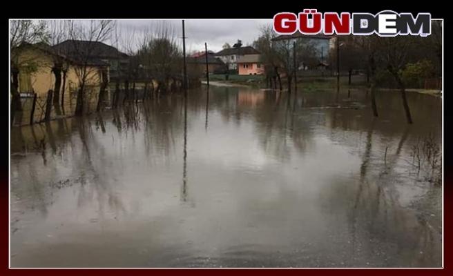 Köy yolları sular altında kaldı...