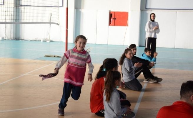 Üniversitesi öğrencileri ilkokul öğrencileri ile ders yaptı