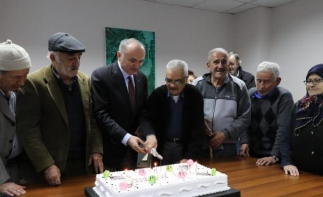 Başkan Özlü Huzurevi sakinleri doğum günü kutladı