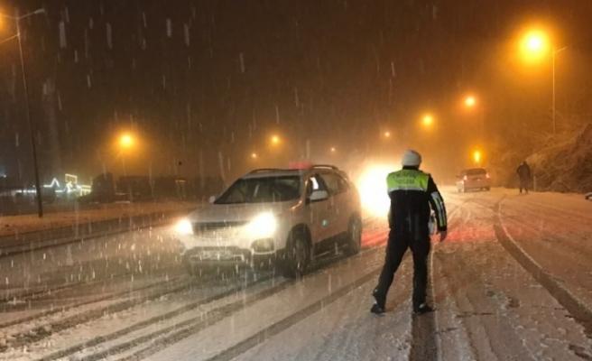 Bolu Dağı yoğun kar nedeniyle trafiğe kapatıldı