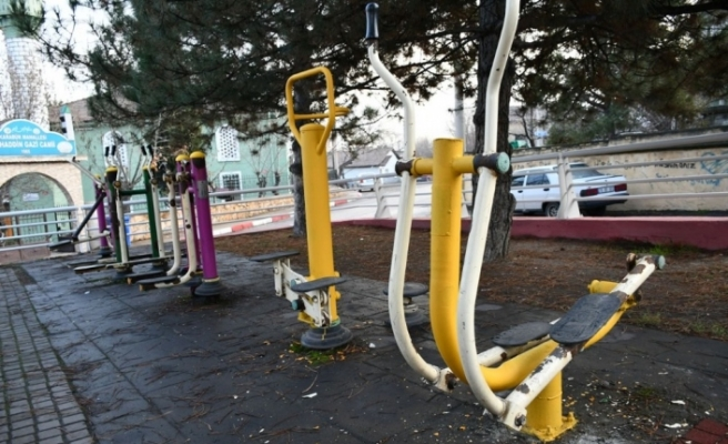 Çocuk parklarında bakım yapılıyor