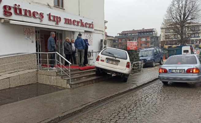 Direksiyon hakimiyetini kaybeden sürücü, hastanenin merdivenlerinde asılı kaldı