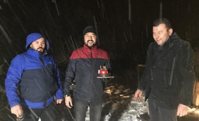 Doğum gününü kar altında kutladılar