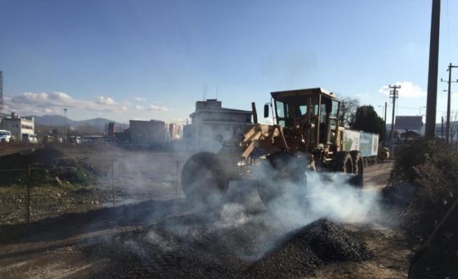 Hasar gören noktalar sıcak asfalt ile onarıldı