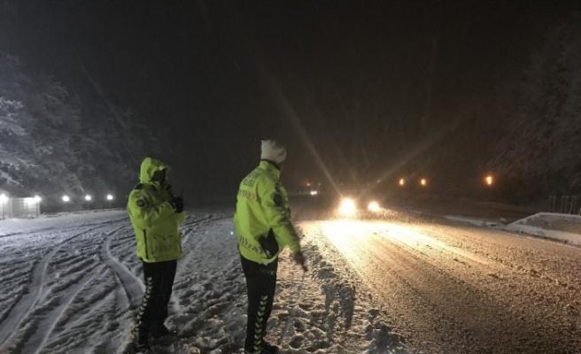 Bolu Dağı'nda zorlanan sürücülerin yardımına trafik ekipleri koşuyor