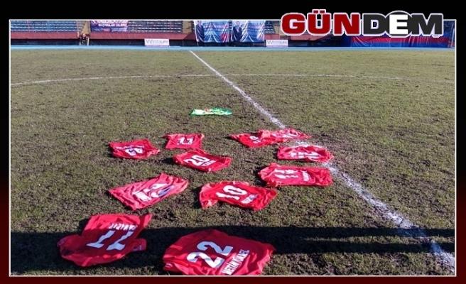 Zonguldakspor'lu futbolcular formalarını sahaya bıraktı