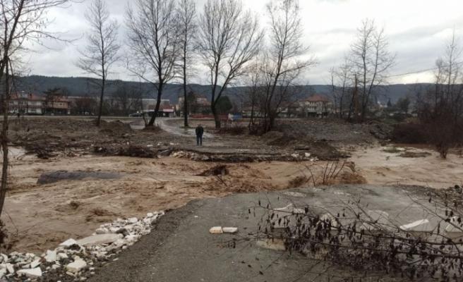 Aşırı yağışlar köprüleri yıktı, köye ulaşım kapandı