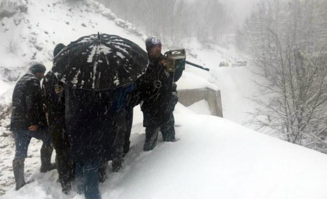 Dereye yuvarlanan kepçenin operatörü 1 metre karda aranıyor