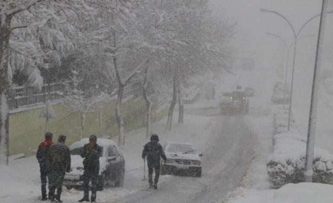 Düzce'de kar yağışı hayatı olumsuz etkiliyor