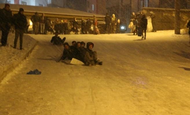 Karda kayabilmek için yoğunluktan sıra beklediler