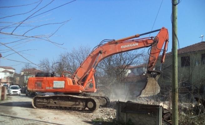 Metruk bina yıkımları sürüyor