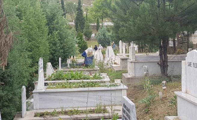 Sokağa çıkma kısıtlaması öncesi mezarlıklara koştular