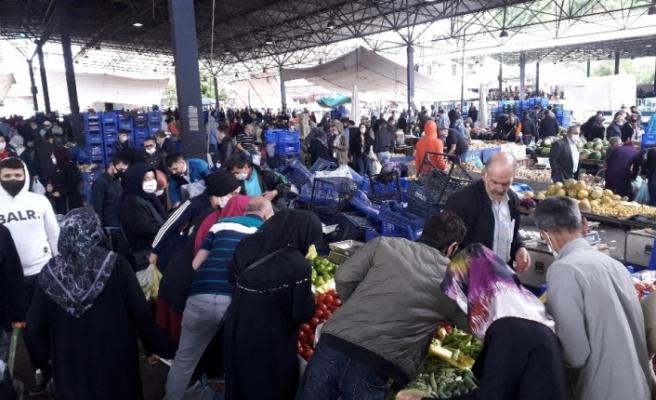 Vatandaşlar soğuk havaya rağmen çarşı ve pazara akın etti
