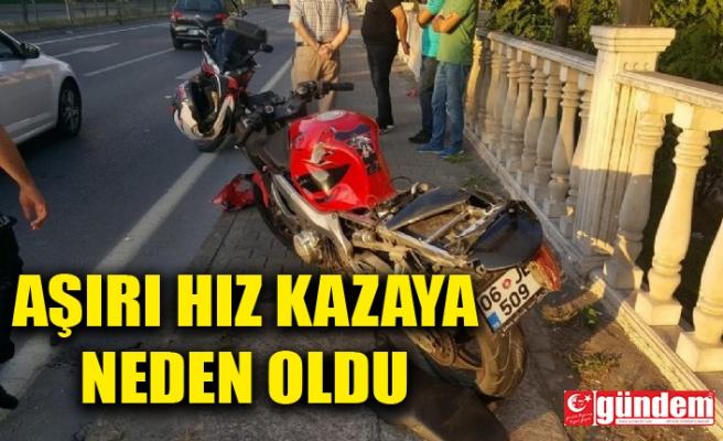 AŞIRI HIZDAN DURAMAYAN MOTOSİKLET KAZAYA YOL AÇTI: 2 YARALI