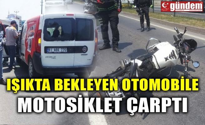 IŞIKTA BEKLEYEN OTOMOBİLE MOTOSİKLET ÇARPTI