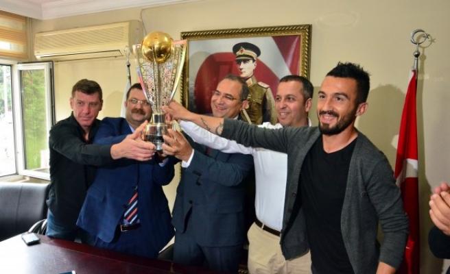 Vali Kaban, şampiyon takımı kutladı