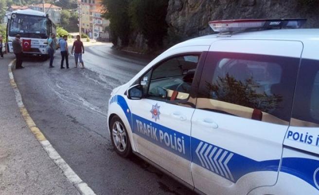 Kontrolden çıkan TIR'ın dorsesi halk otobüsüne çarptı: 10 yaralı