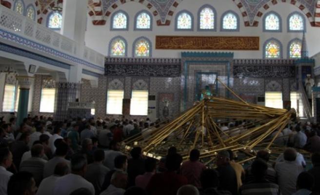 Cami cemaatinin üstüne avize düştü: 10 yaralı
