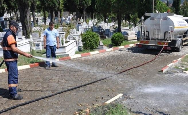 Mezarlıklarda Bayram temizliği..