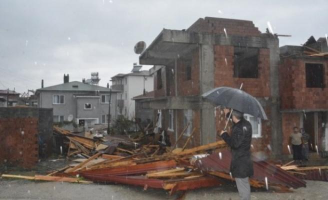 Hortum çatıları uçurdu, 3 kişi yaralandı
