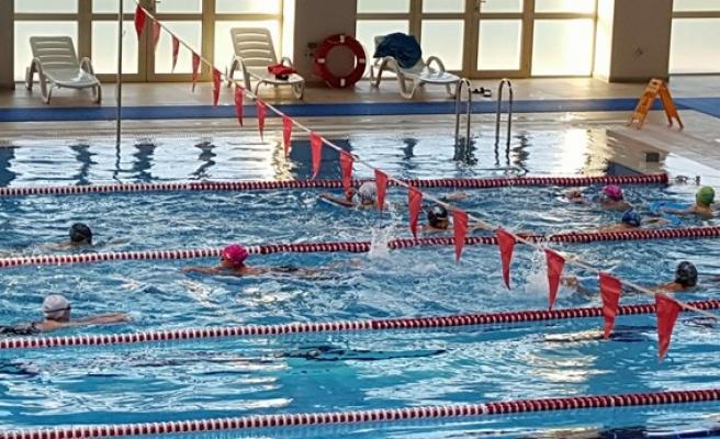 BEÜ Yarı Olimpik Havuzun ilk ziyaretçileri minik sporcular oldu