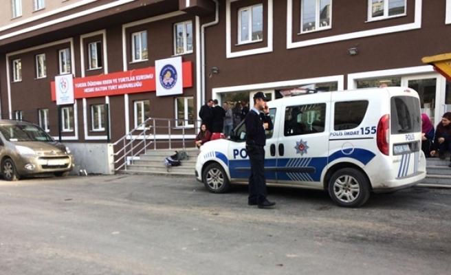 Polis kız öğrencilerin güvenliği için yurt önündeki nöbetini sürdürüyor