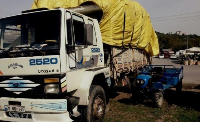 Saman yüklü kamyondan düşen bir kişi yaralandı